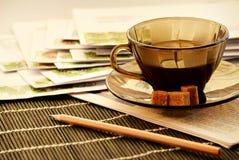 Café, un crayon et correspondance de papier images stock