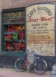 Café und Fahrrad in Amsterdam stockbilder