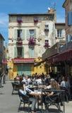 Café und Gebäude mit Blumen Arles stockbild