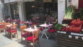Café und grüner Lebensmittelhändler stock video