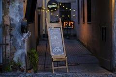 Café unterzeichnen herein alte europäische Stadt stockfotos