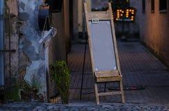 Café unterzeichnen herein alte europäische Stadt lizenzfreie stockbilder