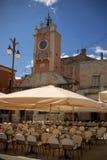 Café vacío de la calle cerca del belltower en zadar, croatia Fotografía de archivo libre de regalías