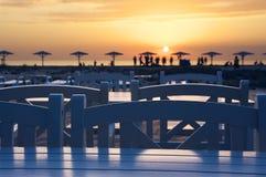 Café vacío en la playa en la puesta del sol Foto de archivo libre de regalías