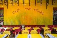 Café Van Gogh bei Place du Forum in Arles stockfotos
