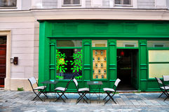 Café verde en una pequeña calle Fotografía de archivo