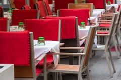 Café vide de trottoir avec des chaises Images libres de droits