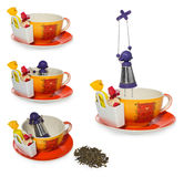 Café vide, tasse de thé avec l'infuser argenté pourpre sous forme de fille sur une chaîne Stockage sur la sucrerie et deux bonbon Images libres de droits