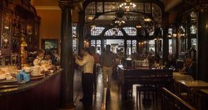 Café viejo en Europa con la decoración de madera y de cobre amarillo foto de archivo