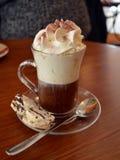 Café vienés en la taza de cristal con crema azotada fotos de archivo