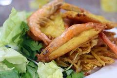 Café vietnamiano da rua Camarões fritados com salada, ovo e batatas Imagens de Stock Royalty Free