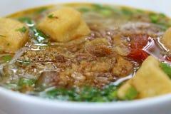 Café vietnamiano da rua Sopa de macarronete, carne e batatas fritadas Imagens de Stock Royalty Free