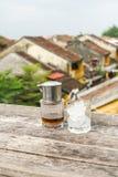 Café vietnamiano tradicional do leite sobre a cidade velha foto de stock