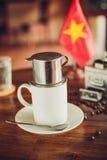 Café vietnamita en la tabla con la bandera Imagenes de archivo