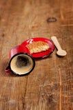 Café volcado del café express en taza roja del esmalte Imagen de archivo