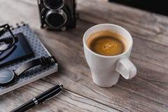 Café y artículos personales en la mesa Fotografía de archivo libre de regalías