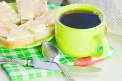café y bocadillo abierto con el caviar del aceite y de los pescados Fotos de archivo