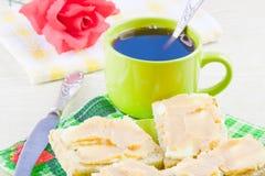 café y bocadillo abierto con el caviar del aceite y de los pescados Fotografía de archivo libre de regalías