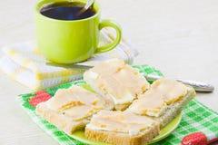 café y bocadillo abierto con el caviar del aceite y de los pescados Foto de archivo libre de regalías