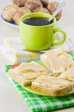 café y bocadillo abierto con el caviar del petróleo y de los pescados Imagen de archivo