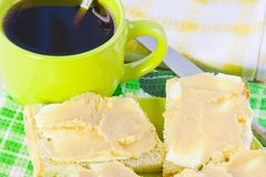 café y bocadillo abierto con el caviar del petróleo y de los pescados Fotos de archivo libres de regalías