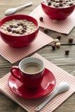 Café y bolas deliciosas del chocolate del cereal de desayuno Fotos de archivo