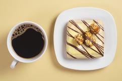 Café y buñuelo cuadrado esmaltado Fotos de archivo libres de regalías