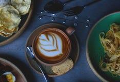 Café y comida del Latte para el desayuno foto de archivo libre de regalías