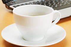 Café y computadora portátil Imagen de archivo libre de regalías