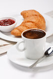 Café y croissant fotos de archivo libres de regalías