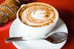 Café y Croissant foto de archivo