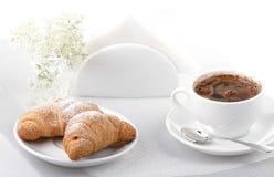 Café y croissants Imagen de archivo libre de regalías