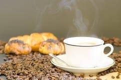 Café y Croissants calientes Fotos de archivo