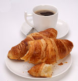Café y Croissants en un fondo blanco Fotografía de archivo