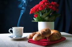Café y cruasán para el desayuno Fotografía de archivo libre de regalías