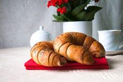 Café y cruasán para el desayuno Fotos de archivo libres de regalías