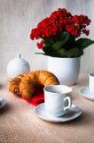 Café y cruasán para el desayuno Imagenes de archivo