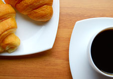 Café y cruasanes frescos Fotografía de archivo libre de regalías