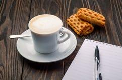 Café y cuaderno de notas Fotos de archivo