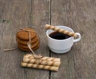 Café y dos lazo de diversas galletas, aún vida Fotos de archivo libres de regalías