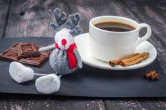Café y dulces en una tabla de madera imagen de archivo libre de regalías