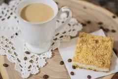 Café y empanada del grano en el corte de madera Foto de archivo libre de regalías
