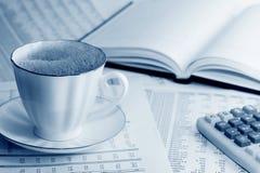Café y estadísticas. imagenes de archivo