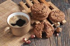 Café y galletas con las avellanas Fotografía de archivo libre de regalías