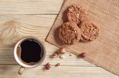 Café y galletas con las avellanas Imagen de archivo libre de regalías