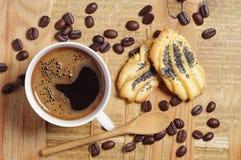 Café y galletas con una amapola Imágenes de archivo libres de regalías
