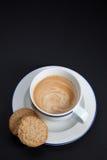 Café y galletas en fondo negro Imagen de archivo