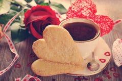 Café y galletas en forma de corazón para la tarjeta del día de San Valentín en estilo del vintage Fotos de archivo