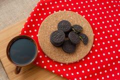 Café y galletas en la placa de madera Imagen de archivo