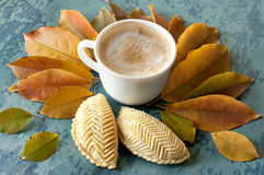 Café y galletas y hojas de otoño Imagen de archivo